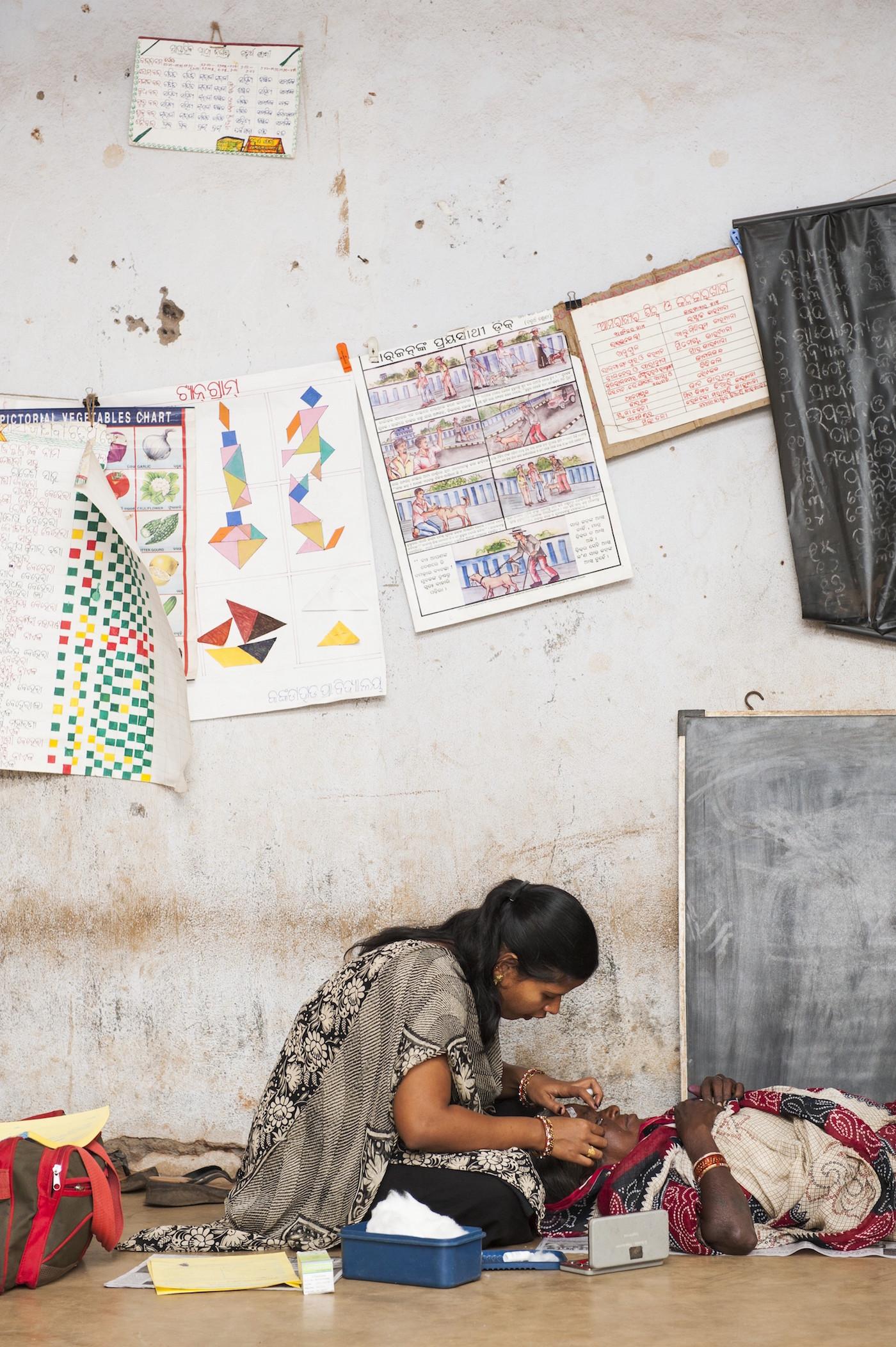 Patientenversorgung während eines Augenscreenings in Indien