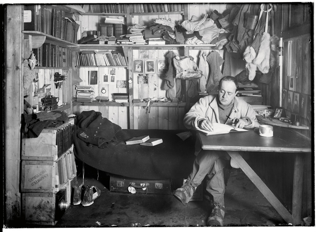 """Robert Scott in seinem ,Arbeitszimmer' am 7. Oktober 1911"" @ Herbert Ponting"