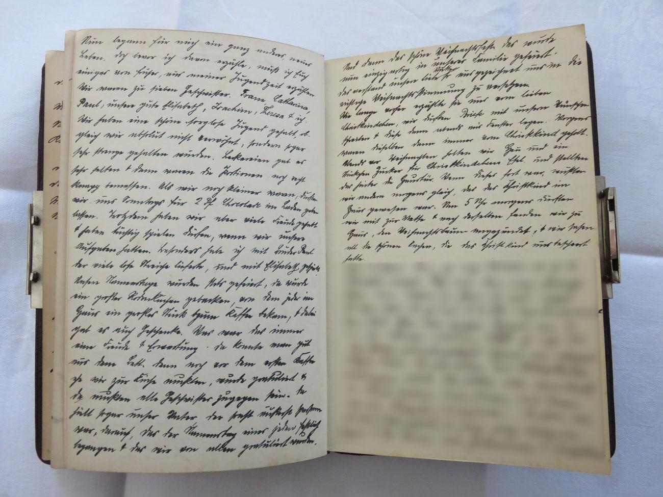"""Extrait du journal intime de / Ausschnitt aus dem Tagebuch von Hedwig Schmitz-Fürstenberg, 1912-1916 © Hedwig Schmitz-Fürstenberg [...] """"Nun begann für mich ein ganz anderes, neues Leben. Doch bevor ich davon erzähle, muss ich euch einiges von früher aus meiner Jugendzeit erzählen. Wir waren zu 7 Geschwister: Franz, Catharina, Paul, unsere gute Elisabeth, Joachim, Theresa und ich. Wir haben eine schöne, sorglose Jugend gehabt, obgleich wir absolut nicht verwöhnt, sondern sogar sehr streng gehalten wurden. Leckereien gab es sehr selten und dann waren die Portionen noch recht knapp bemessen. Als wir noch kleiner waren, durften wir uns sonntags für 2 Pfennige Schokolade im Laden geben lassen. Trotzdem haben wir aber viele Freude gehabt und hatten tüchtig spielen dürfen wenn wir unsere Aufgaben gemacht hatten. Besonders habe ich mit Bruder Paul, der viele lose Streiche lieferte, und mit Elisabeth gespielt. Unsere Namenstage wurden stets gefeiert, da wurde ein großer Rodonkuchen gebacken, von dem jeder im Haus ein großes Stück zum Kaffee bekam und dabei gab es auch Geschenke. Was war das immer eine Freude und Erwartung. Da konnte man gut aus dem Bett, denn noch vor dem ersten Kaffee wir zur Kirche mussten, wurde gratuliert und da mussten alle Geschwister zugegen sein. Da hielt sogar unser Vater, der sonst äußerst sparsam war, darauf, dass der Namenstag eines jeden festlich begangen und dass wir von allen gratuliert wurden.  Und dann das schöne Weihnachtsfest! Das wurde einzigartig in unserer Familie gefeiert. Das verstand unsere liebe Mutter ausgezeichnet uns in die richtige Weihnachtsstimmung zu versetzen. Wie lange vorher erzählte sie uns vom lieben Christkindchen. Wir durften Briefe mit unseren Wünschen schreiben und diese dann abends ans Fenster legen. Morgens wurden dieselben dann immer vom Christkind geholt. Abends vor Weihnachten holten wir Heu und ein Stückchen Zucker für Christkindchens Esel und stellten das hinter die Haustür. Wenn dieses fort war, wussten wir """