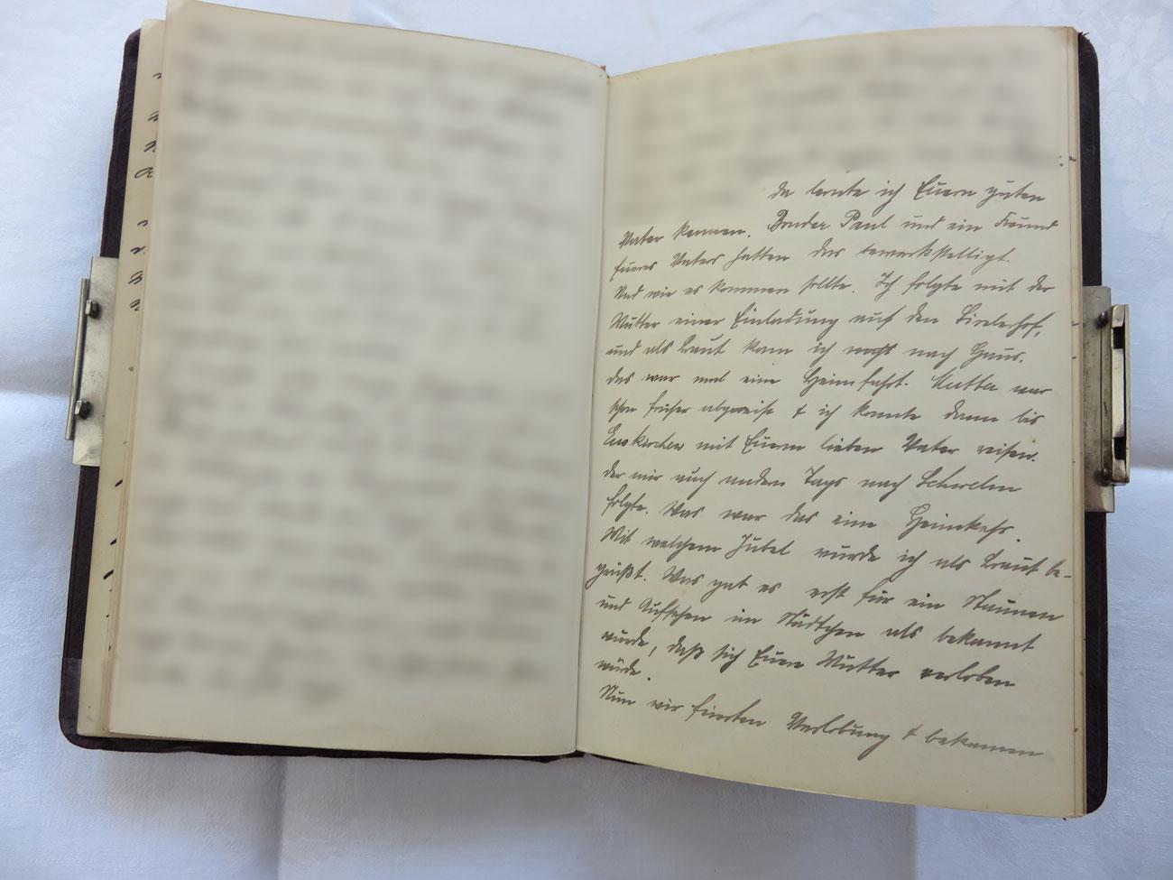 """Extrait du journal intime de / Ausschnitt aus dem Tagebuch von Hedwig Schmitz-Fürstenberg, 1912-1916 © Hedwig Schmitz-Fürstenberg [...] """"Da lernte ich euren lieben Vater kennen. Bruder Paul und ein Freund eures Vaters hatten das bewerkstelligt. Und wie es kommen sollte: ich folgte mit der Mutter einer Einladung auf den Birelerhof, und als Braut kam ich nach Haus. Das war mal eine Heimfahrt! Mit welchem Jubel wurde ich als Braut begrüßt! Was gab es erst eine Staunen und Aufsehen im Städtchen, als bekannt wurde, dass sich eure Mutter verloben würde.  Nun, wir feierten Verlobung und bekamen wunderbare Blumen und andere schöne Geschenke von Freunden und Bekannten zugeschickt. Paul kam von Paderborn, wohin er inzwischen versetzt war. Theresa kam von Remagen zurück.  Nun hieß es aber, sich sputen mit der Hochzeit. Der Vater wollte nicht lange warten, und so wurde der Hochzeitstag auf den 29. April festgesetzt, nachdem wir uns am 5. März heimlich verlobten, und 10 Tage darauf in Schwelm öffentlich Verlobung gefeiert hatte."""" [...]"""