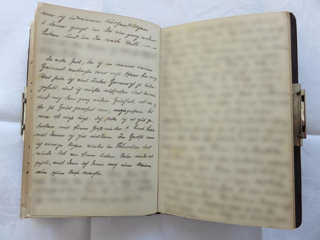 """Extrait du journal intime de / Ausschnitt aus dem Tagebuch von Hedwig Schmitz-Fürstenberg, 1912-1916 © Hedwig Schmitz-Fürstenberg [...] """"Die erste Zeit, die ich in meiner neuen Heimat verbrachte, war recht schwer für mich. Was habe ich viel unter Heimweh zu leiden gehabt und ich musste aufpassen und lernen und mich dem ganz anderenHaushalt, als wie ich ihn zu Hause gewohnt war, anzupassen. Das war oft nicht leicht. Doch hatte ich es gut getroffen mit eurer Großmutter und Tante Maria, mit denen ich gut auskam. Im Herbst war ich einige Wochen wieder in Schwelm und wurde dort von eurem lieben Vater wieder abgeholt, mit dem ich dann noch eine kleine, aber schöne Reise machte."""" [...]"""