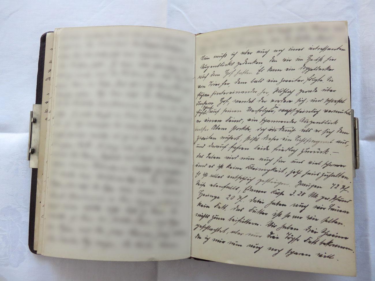"""Extrait du journal intime de / Ausschnitt aus dem Tagebuch von Hedwig Schmitz-Fürstenberg, 1912-1916 © Hedwig Schmitz-Fürstenberg [...] """"Nun muss ich aber auch noch eines interessanten Augenblicks gedenken, den wir im Herbst hier auf dem Hof hatten. Es kam ein Doppeldecker von Trier her, dem bald ein 2. folgte. Sie flogen hintereinander. Plötzlich, gerade über unserem Hof wendet der vordere sich und fliegt auf seinen Verfolger zu. Wahrscheinlich vermutete er einen Feind, ein spannender Augenblick, unser Atem stockte. Doch als er sich dem 2. näherte stößt dieser ein Lichtsignal aus, und darauf fuhren beide friedlich zurück.  Das Leben wird nun auch für uns viel schwerer und es ist keine Kleinigkeit jetzt Haus zu halten. Die Preise sind entsetzlich gestiegen: Graupe: 72 Pfennig, Seife ebenfalls, Edamer Käse: 3,2 Mark/Pfund, Heringe: 20 Pfennig. Dabei haben auch wir Bauern kein Fett, das Futter ist so rar wie selten. Nichts zum Beifüttern. Wir haben 3 Schweine geschlachtet aber nur 3 Töpfe Fett bekommen, die ich mir nun auch noch sparen will."""" [...]"""