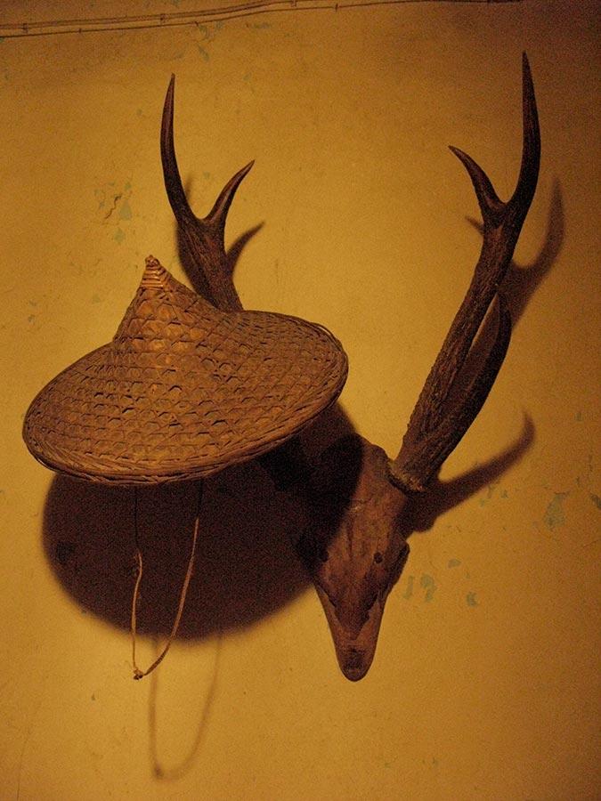 Bois de cerf et chapeau en paille d'Indonésie / Hirschgeweih mit Strohhut aus Indonesien, Birelerhof