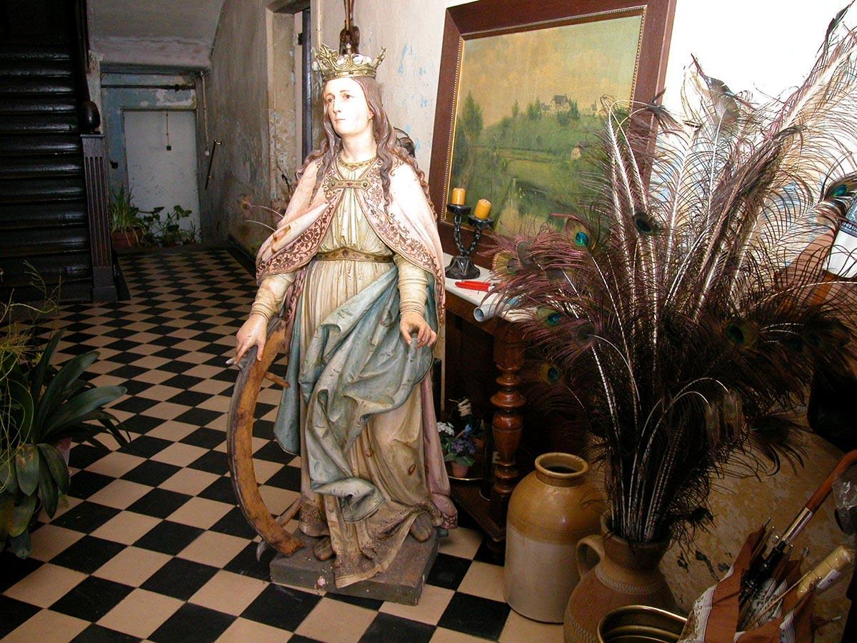 Statue de Catherine d'Alexandrie dans le corridor / Statue von Katharina von Alexandrien im Flur, Birelerhof, Sandweiler © sculpteur inconnu, droits réservé, photographie, © Jos Feller, Sandweiler