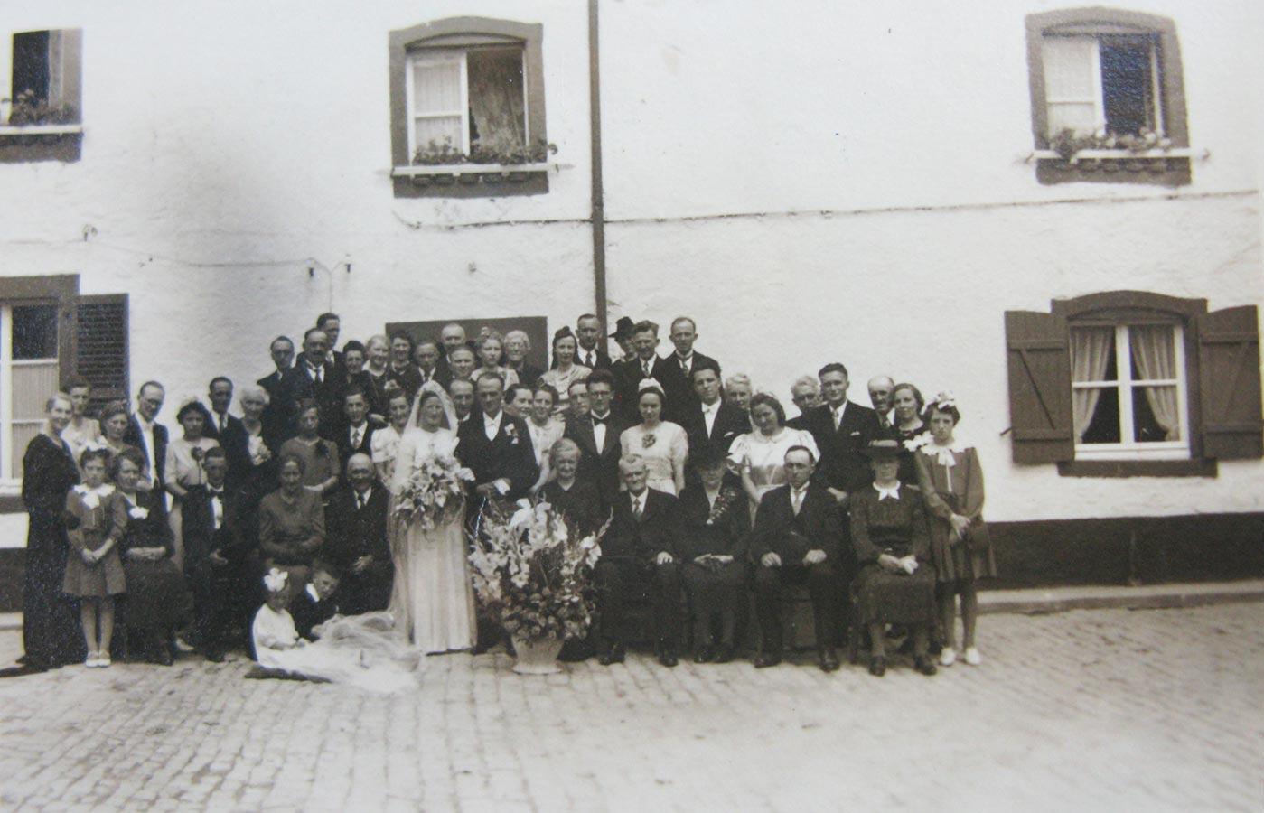 Mariage de / Hochzeit von Gertrud Schmitz et / und Theodore Mangen à / in Insenborn, 1941 © photographe inconnu, droits réservés