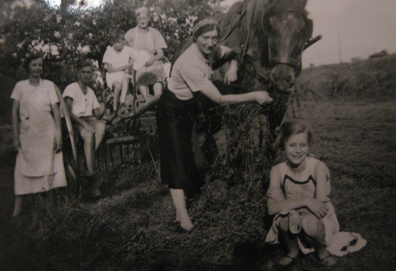 Dans le champ / Auf dem Feld, Birelerhof, Sandweiler ca. 1930 © photographe inconnu, droits réservés