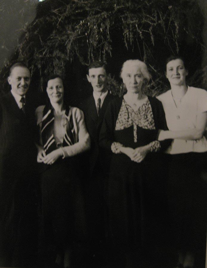 Anna Maria Schmitz et ses nièces et un neveu / Anna Maria Schmitz mit ihren Nichten und einem Neffen © photographe inconnu, droits réservés