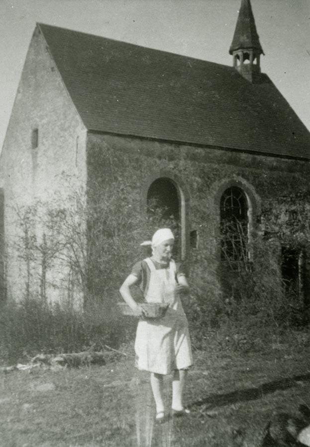 Paula Schmitz donne à manger aux poules / füttert die Hühner, Birelerhof,c ca. 1930 © photographe inconnu, droits réservés