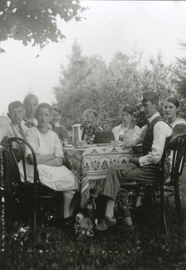 La famille Schmitz autour d'un café et du gâteau / Die Familie Schmitz bei Kaffe und Kuchenca. 1930 © photographe inconnu, droits réservés