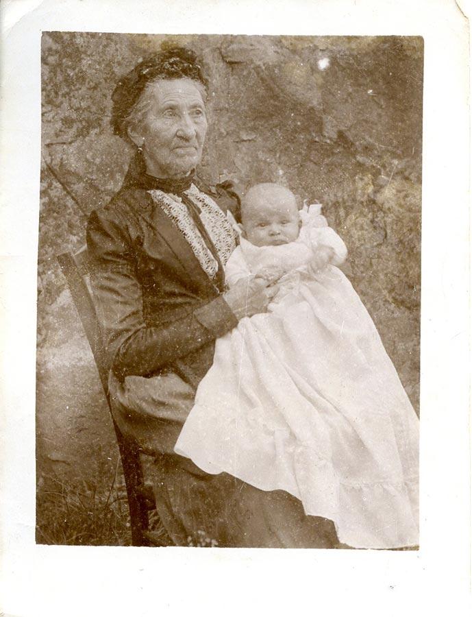 Maria Anna Schmitz du Moulin et son petit fils / und ihr Enkel Charles Warisse ca. 1909 © photographe inconnu, droits réservés
