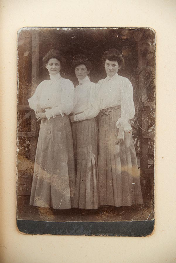 Album constitué par Elisabeth Schmitz. A gauche sa mère, juin 1906 / Album zusammengestellt von Elisabeth Schmitz. Links, ihre Mutter, Juni 1906 © photographe inconnu, droits réservés