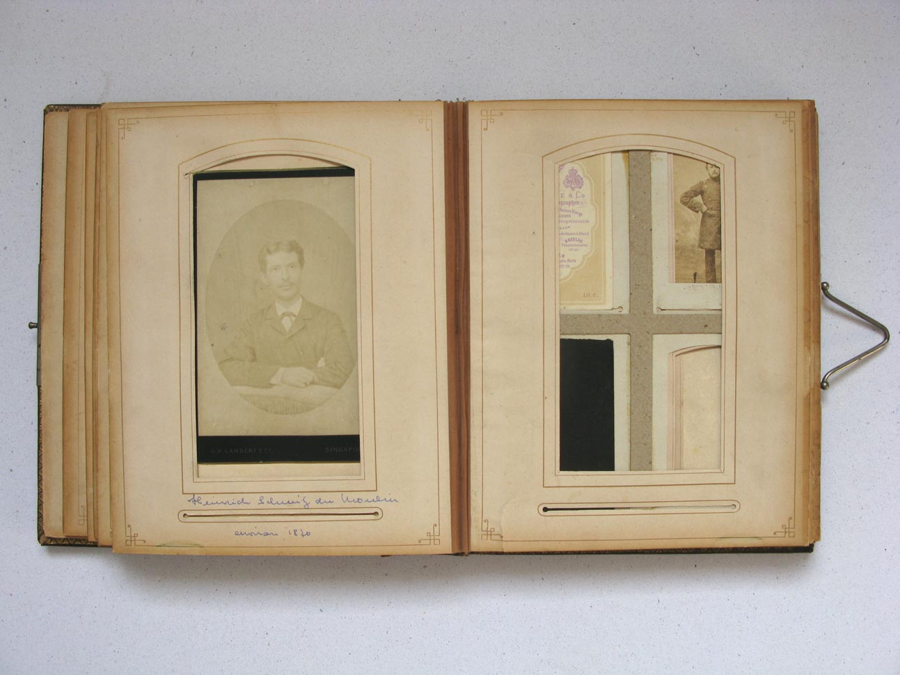 A gauche / links: Heinrich Schmitz du Moulin © G. R. Lambert & Co., Singapore, ca. 1880