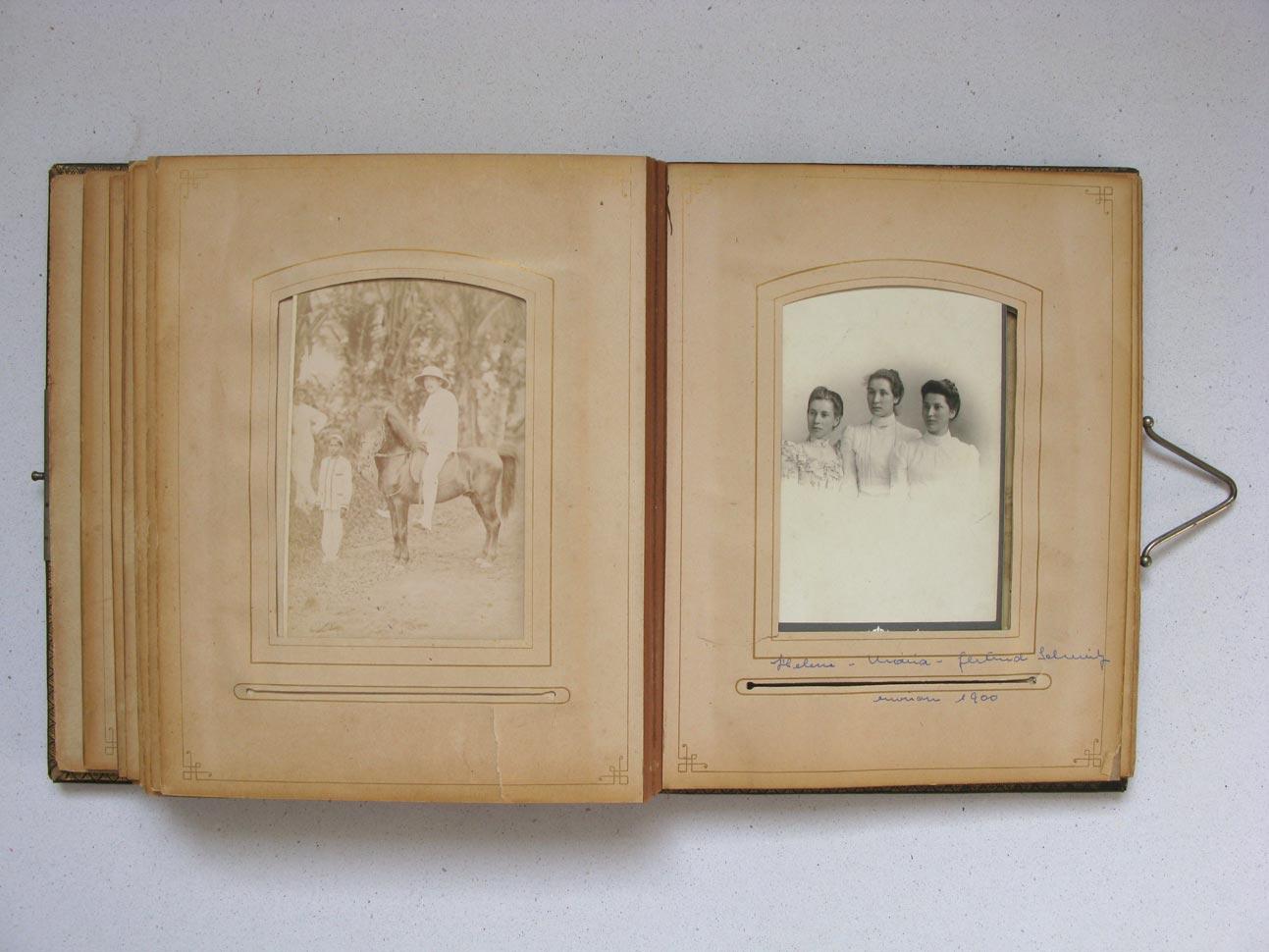 A droite / rechts: Helene, Maria, Gertrud Schmitz © Charles Bernhoeft, ca. 1900