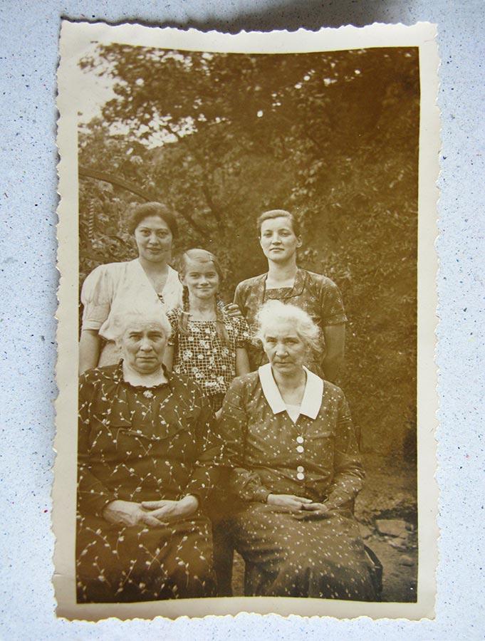 Maria Schmitz (en bas à droite/ unten rechts), Elisabeth Schmitz (en haut à droite / oben rechts), Maria Anna Schmitz du Moulin (en haut à gauche / oben links) et inconnues / und Unbekannte © photographe inconnu, droits réservés