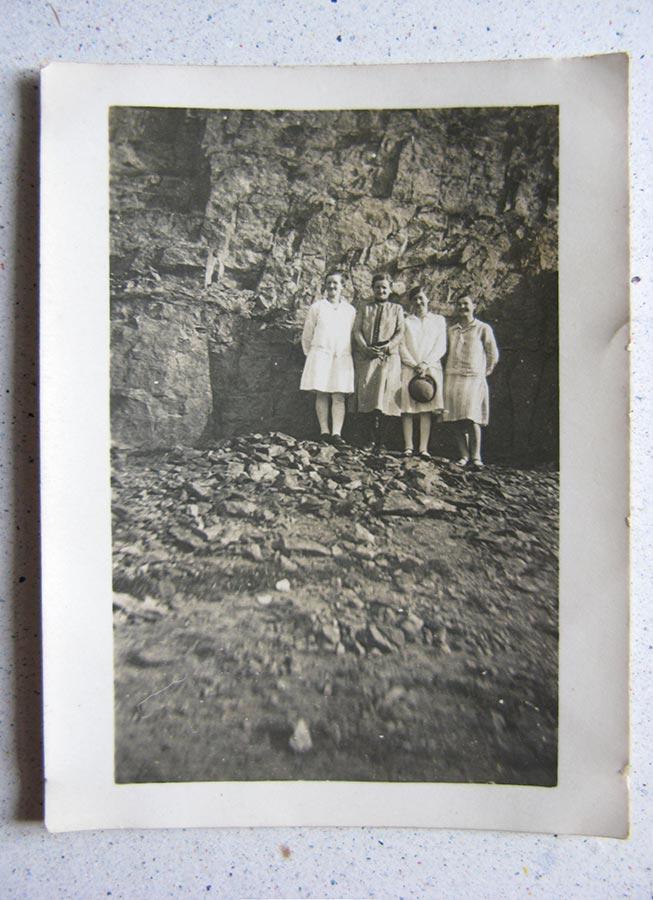 Devant un mur en schiste, Ardennes / Vor einer Schieferwand im Ösling, 18.7.1929 © photographe inconnu, droits réservés