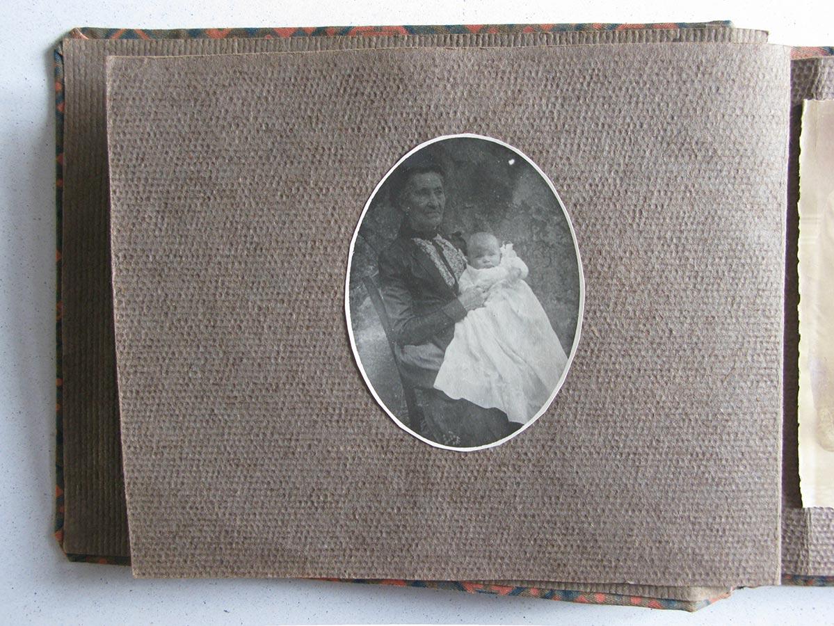 Anna Schmitz du Moulin et un de ses petits enfants / und eines ihrer Enkelkinder © photographe inconnu, droits réservés