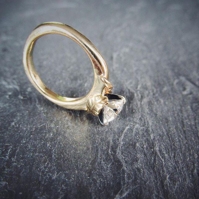 Two delicate leaves embrace Jessica's diamond. 🌿💍🌿 . . . . . . #leaves #diamond #diamondring #diamondengagementring #engagementring #custom #oneofakind #handmade #ericafreestone