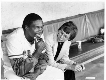 The late Alison Gordon, winner of the Jack Graney award, talks with former Blue Jays outfielder Alvis Woods.
