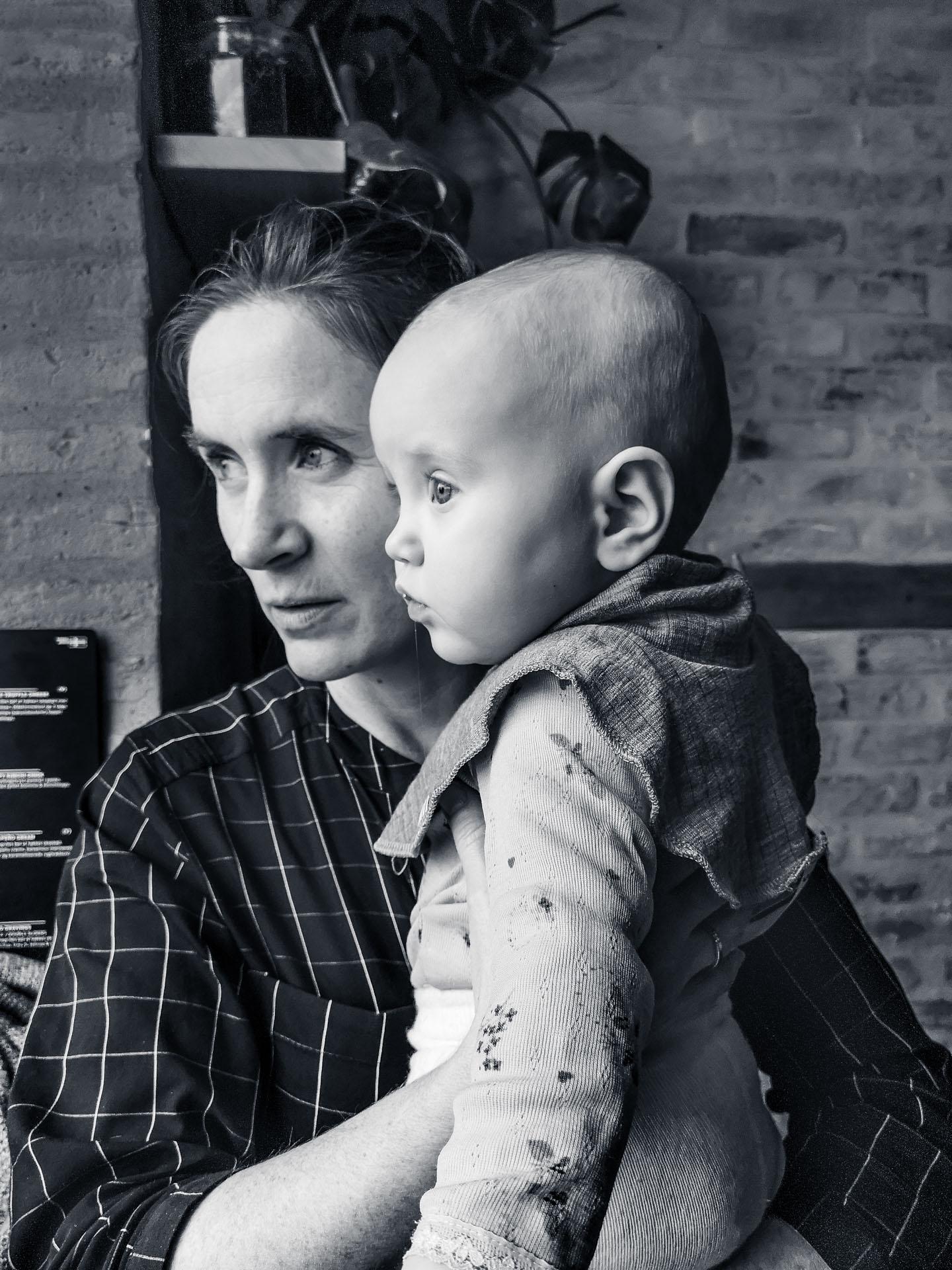Fotograf Caroline Strømhylden med datteren, sitter og ser på noe ut vinduet.