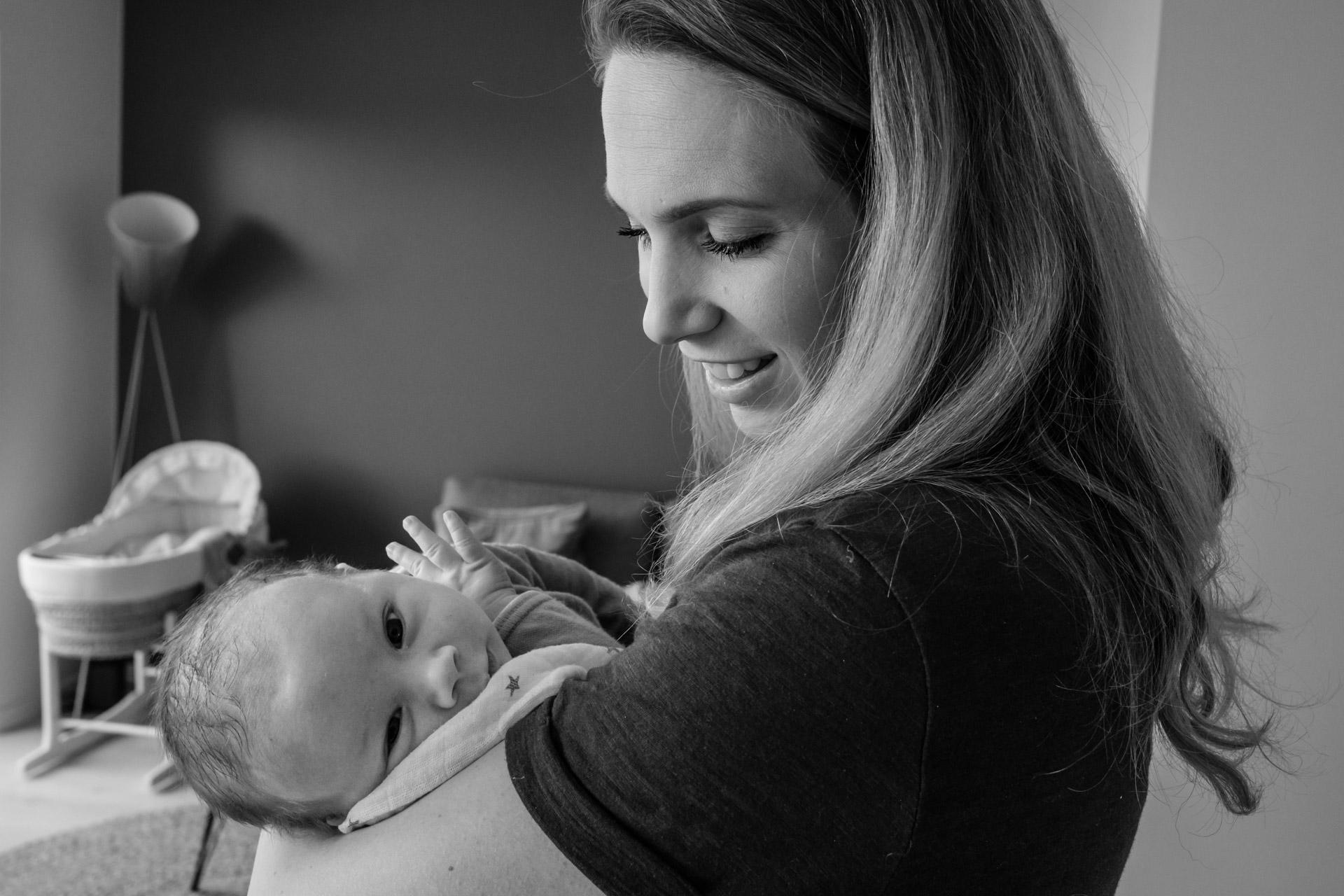 Mor holder nyfødt baby i armene.jpg