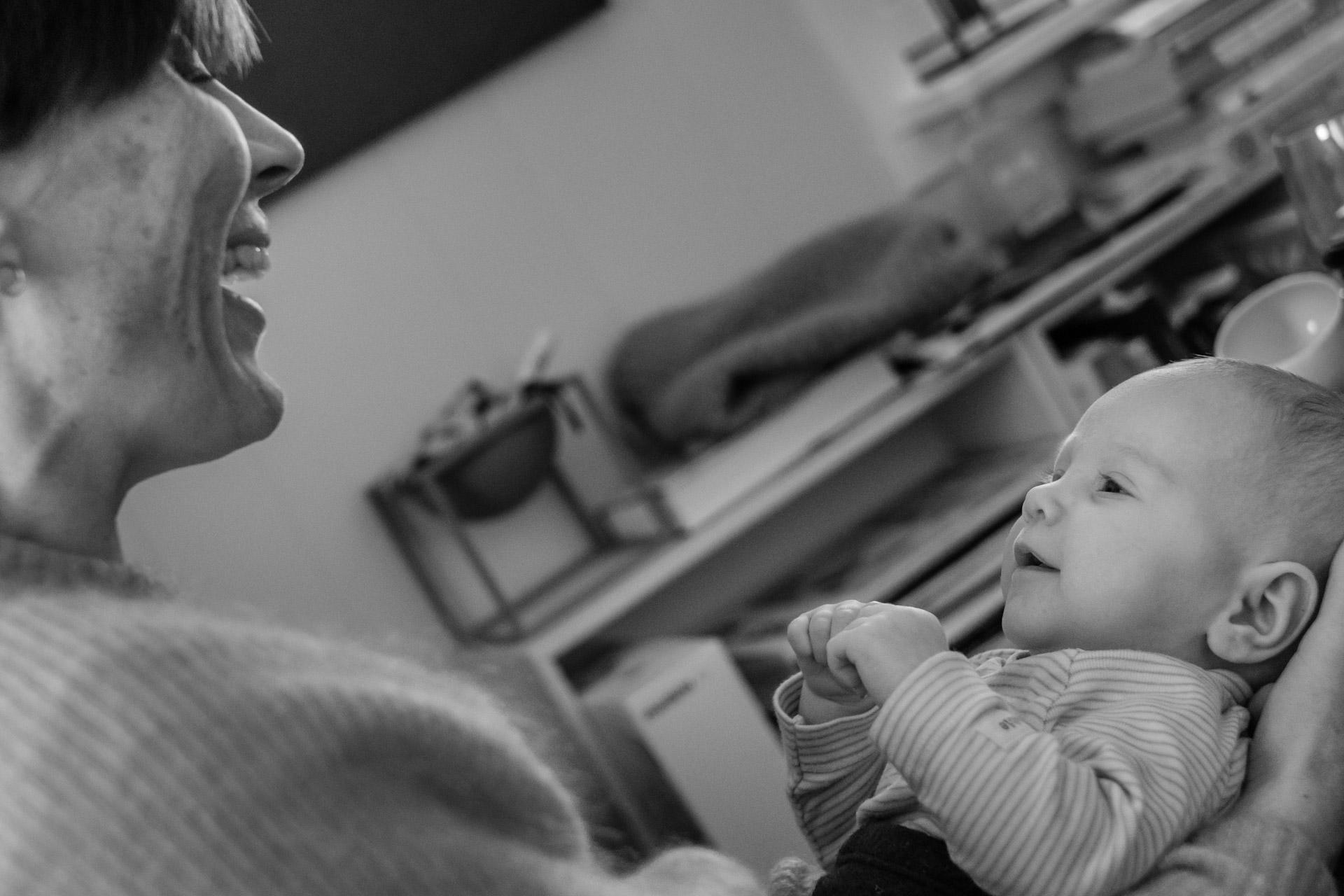 Smil og øyekontakt mellom voksen og nyfødt.jpg
