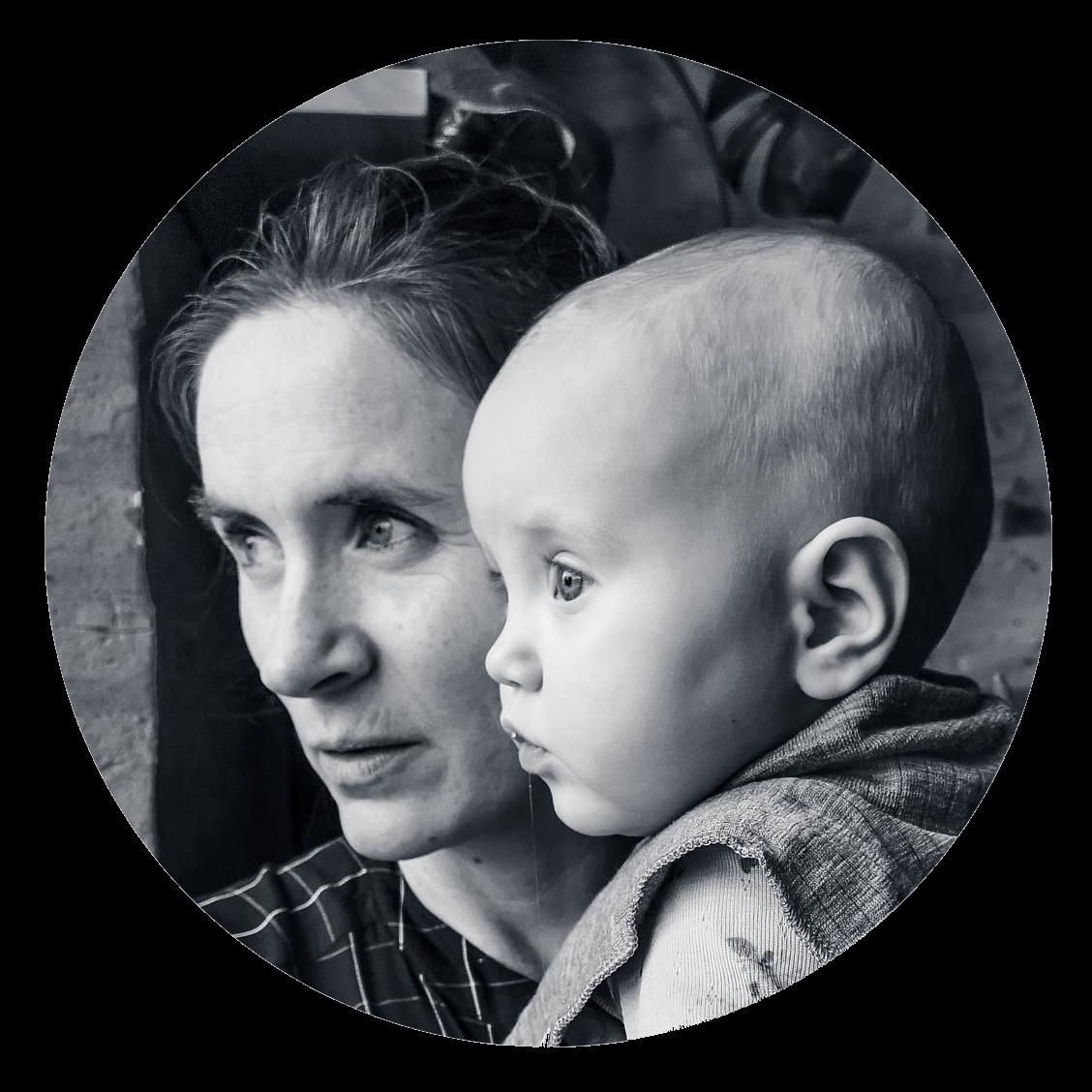 Fotograf Caroline Strømhylden, holder datteren