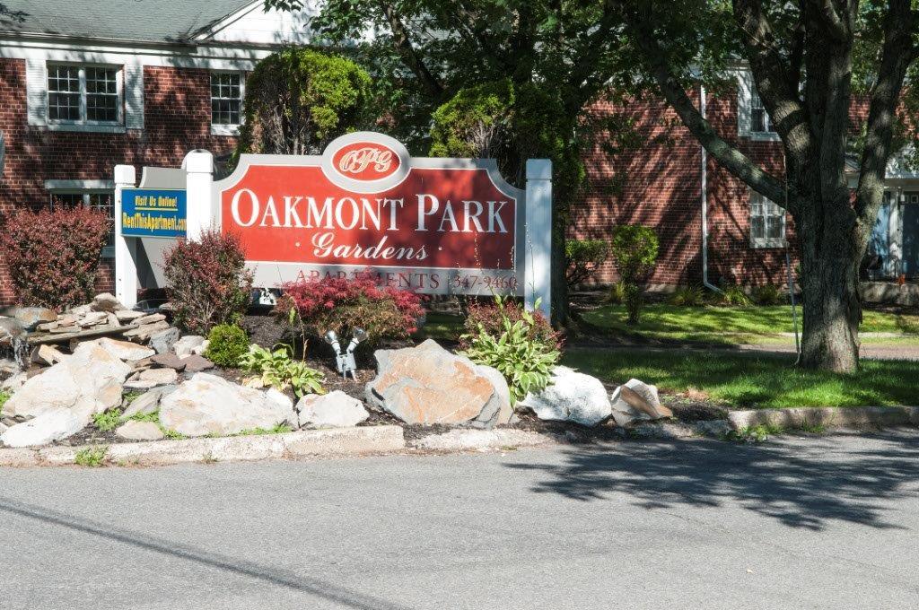 OakmontPark_Sign.jpg