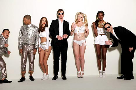 """Robin Thicke spoofs """"Blurred Lines"""" on Jimmy Kimmel"""