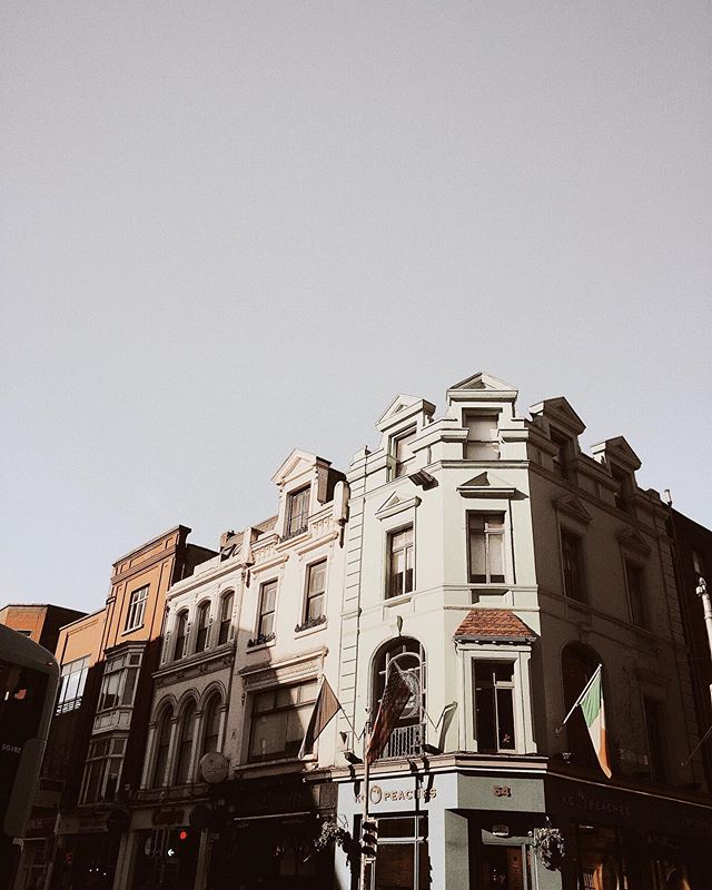 Here's to hoping that your Friday is as dreamy as this sun kissed Dublin facade. ✨ #latergram . . #dametraveler #womenwhotravel #deeplyrooted #cultivatewhatmatters #chicagogram #womenwhowrite #femaleauthor #wordsilove #gritandvirtue #thehappynow #chicagowriter #writerlife #typewriter #writergram #writersroom #doitfortheprocess #bookworm #creativewriting #bookclub #fromwhereistand #myeverydaymagic #abmlifeisbeautiful #instapassport #iamnotlost #wanderlust