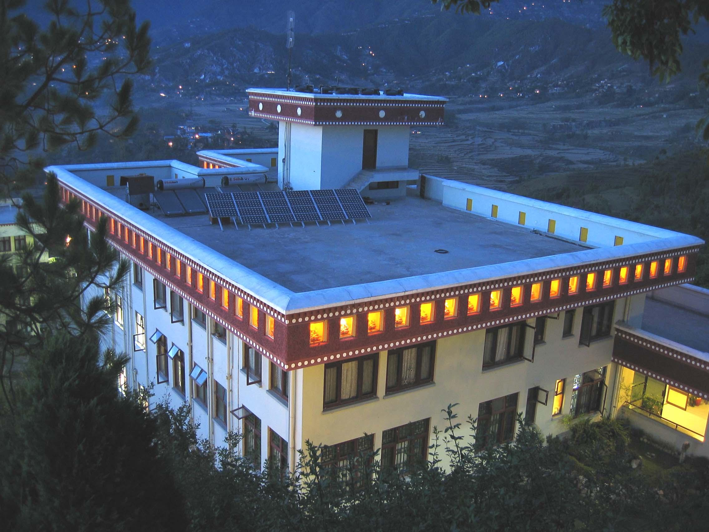 21 Taras illuminated at night with solar powered lights