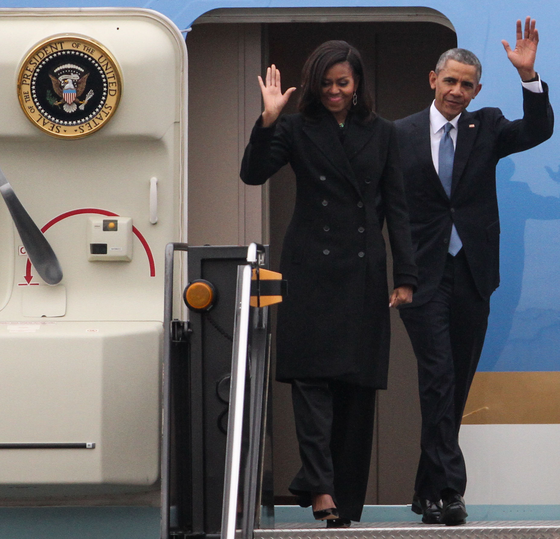 U.S. President Barack Obama (right)and First Lady Michelle Obama wave to the crowd at Logan International Airport in Boston, Mass.March 30, 2015.