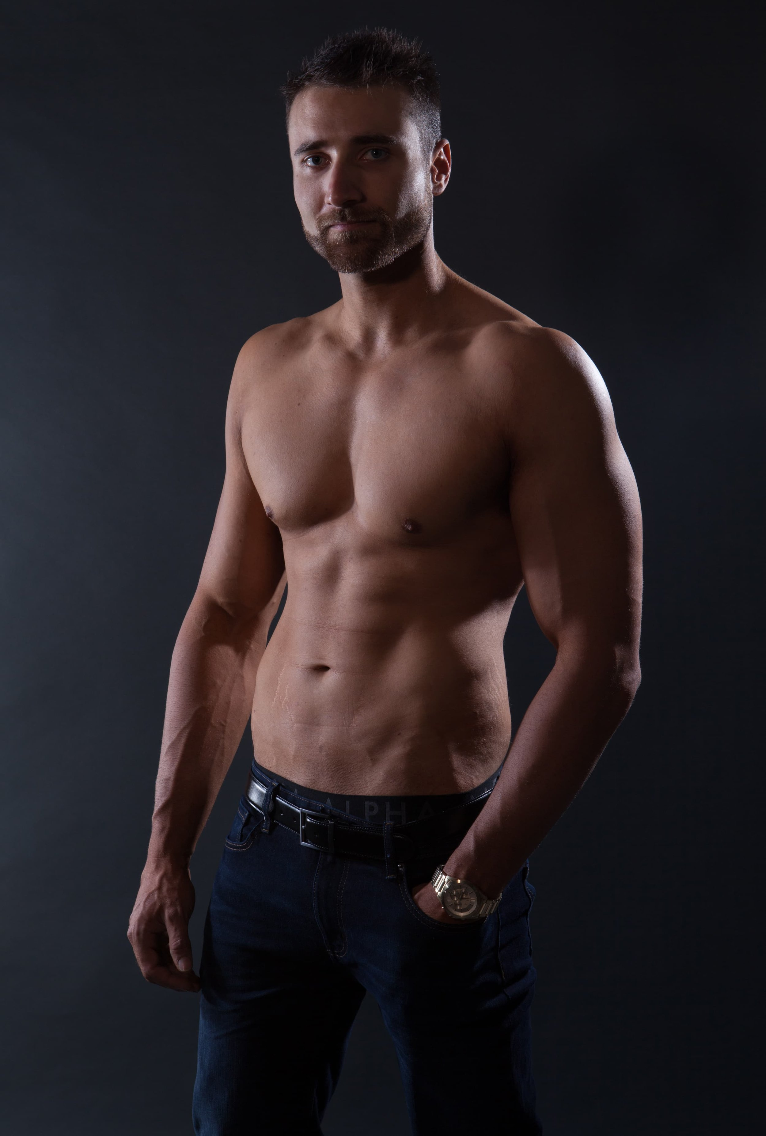 TOpless kiwi waiter based in the gold coaat for hire, hens nights and hens party bookings.