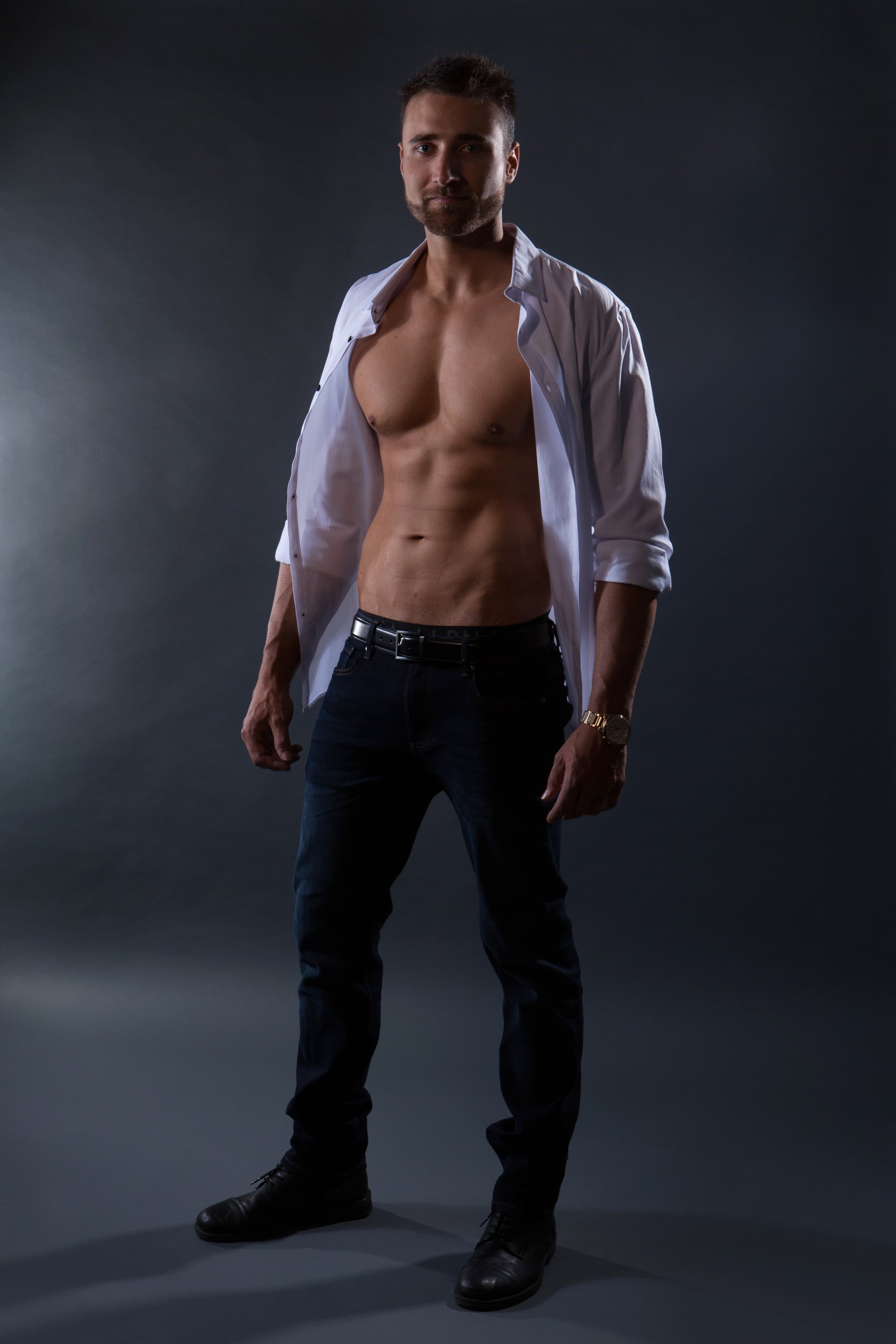 New zealand male topless waiter for hire in the gold coast, brisbane and byron bay. kiwi boy waitress. kiwi male stripper.