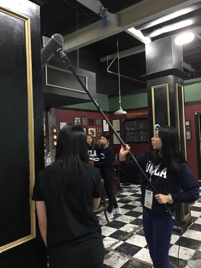 學生們迎接生命中第一次在美國片廠專業拍攝的經驗。