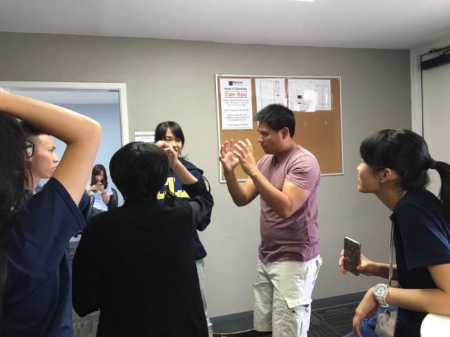 學員們在片廠時仔細聽老師講解。