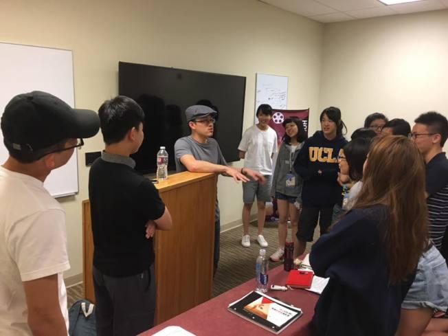 好萊塢動畫師、同時也是美術指導的柯金祥,他以學生提問,一問一答的方式做互動式的講座。