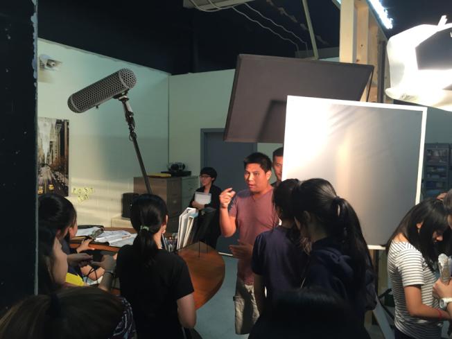 學員在片埸拍電影實景。