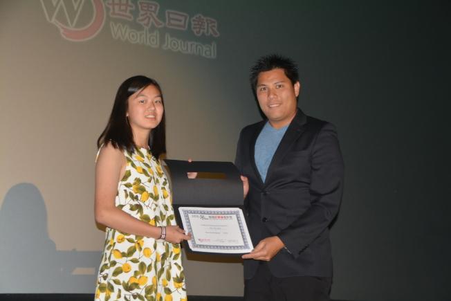 華裔電影人張維綱(右)頒朱沛慈(左)最佳攝影獎。(記者楊青/攝影)