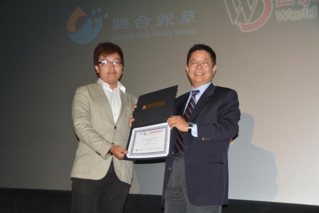 世界日報總經理駱焜祺(右)向最佳電影剪輯獎得主余竑賢(左)頒獎。(記者楊青/攝影)