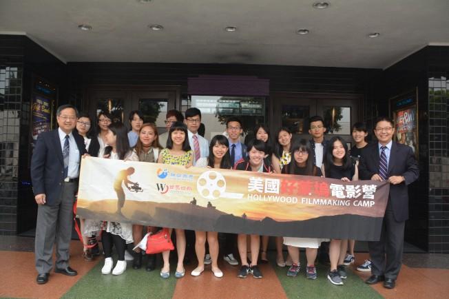 為期三周的世界日報好萊塢電影營23日閉營,同學們與主辦單位依依惜別。(記者楊青/攝影)