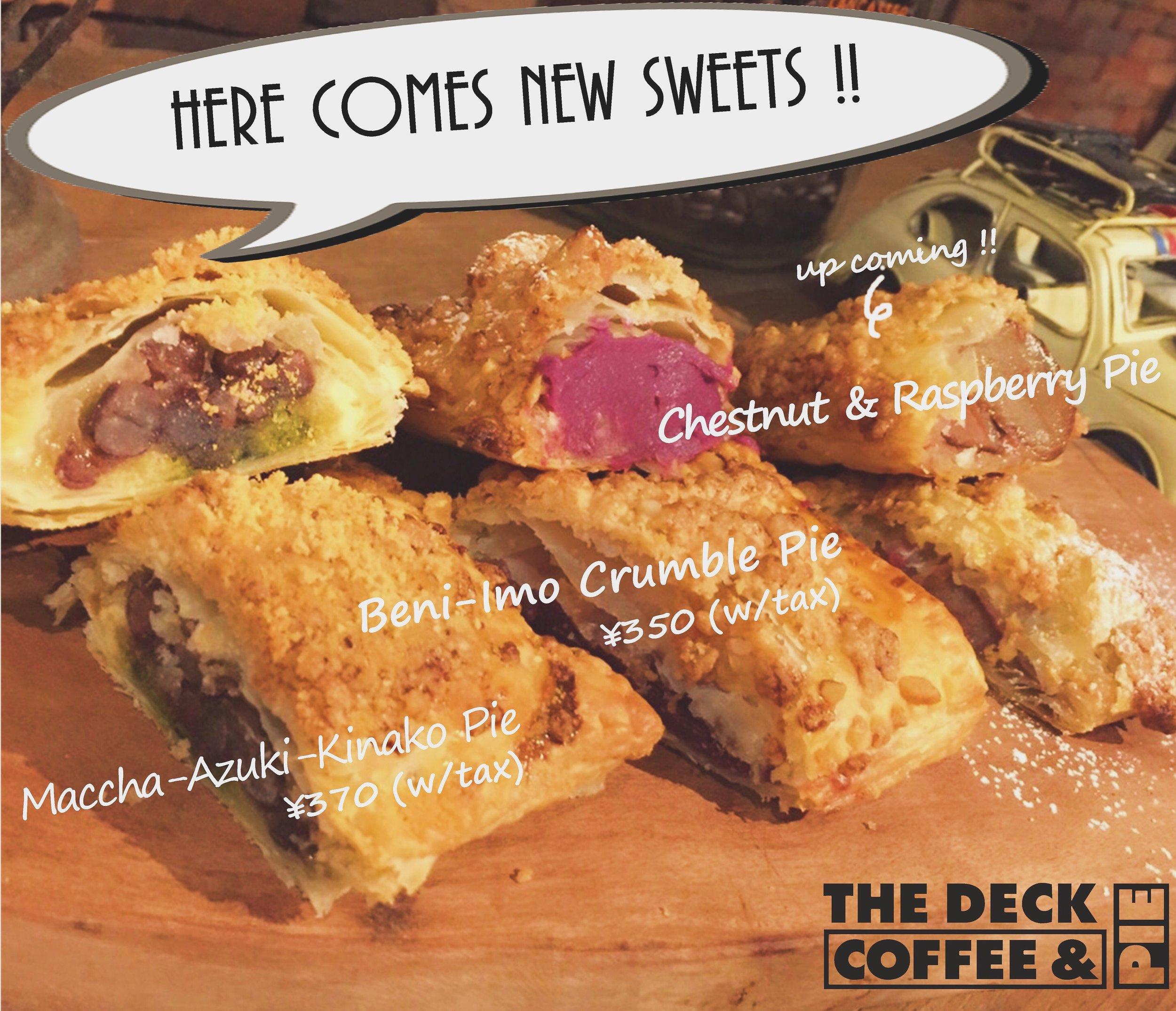 【HERE COMES NEW SWEETS ☆】  抹茶あずききなこパイ...京都宇治抹茶を使用。餅の一種である求肥を使用し、もちもちした食感のアクセントに加え、たっぷりのきなこを全体にまぶしたTHE和風パイ。  紅芋クランブルパイ...沖縄産紫芋を使用。生クリームなどを合わせ、程良い甘さで滑らかな舌触りのフィリングに仕上げた、ホッと気持ちが落ち着くスウィーツパイ。  近日、マロン&フランボワーズパイも登場です♫  ワンハンドパイ シリーズ4〜5ケご購入のお客様には専用のTAKE OUT BOXもございますので是非おみやげにどうぞ♪( ´▽`) *ご用意している数に限りがございますので、予めご予約を頂く事をお勧め致します。  まだまだ続くTHE DECKの新作パイラッシュ、是非ご期待下さい☆