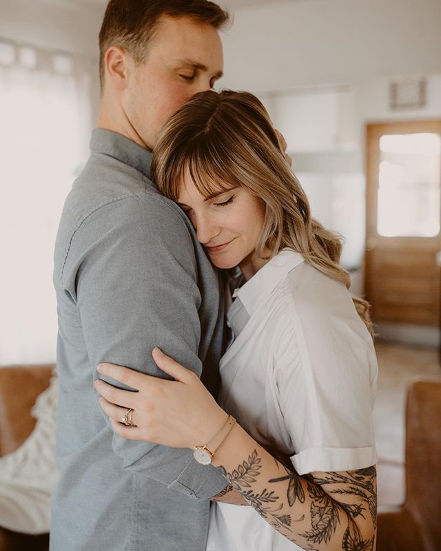 happyyyy friday sweet friends!! experiencing a bit of caption block but I just love this sweet tender moment. 😍 hope you have a great weekend!! i have a wedding tomorrow and am seeing the fam on Sunday so it's gonna be a good one! . . . . . #inhomesession #inhomes #interiordesign #sandiegophotographer #futurewife #isaidyes #engaged #couplessession #elopement #malibuweddingphotographer #belovedstories #sandiegoengagementphotographer #engagedlife #sanclementeweddingphotographer