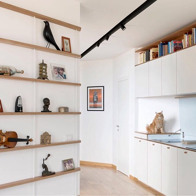 Diagonale_apartment renovation_2017 Ph. credits: @annapositano • • • #llabb #llabbarchitects #diagonale #diagonal #renovation #apartment #buildingsite #interiors #kitchendesign #bookshelf #architecture #arquitectura #design #interiordesign #italiandesign #youngarchitect #architecturelovers #archilovers #archilovers_interiors #youngarchitect #eamesbird #cat #wood #woodworking #genova