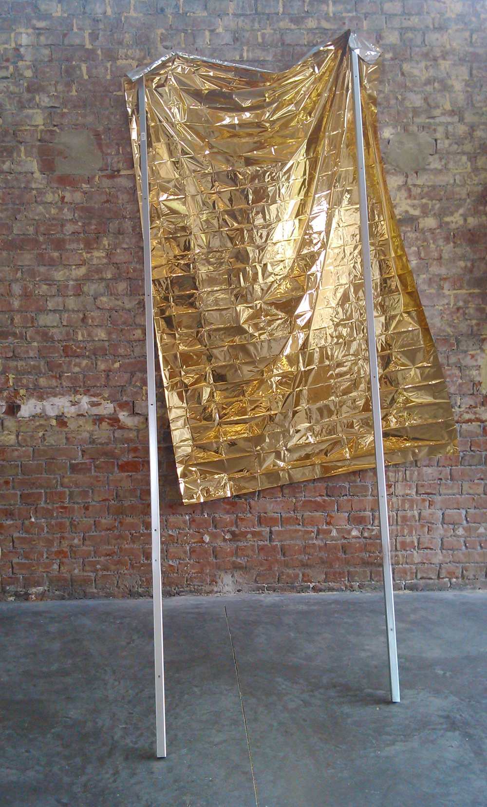 Maintien, 2015, survival blanket, metallic rails, 280 x 120 x 150 cm