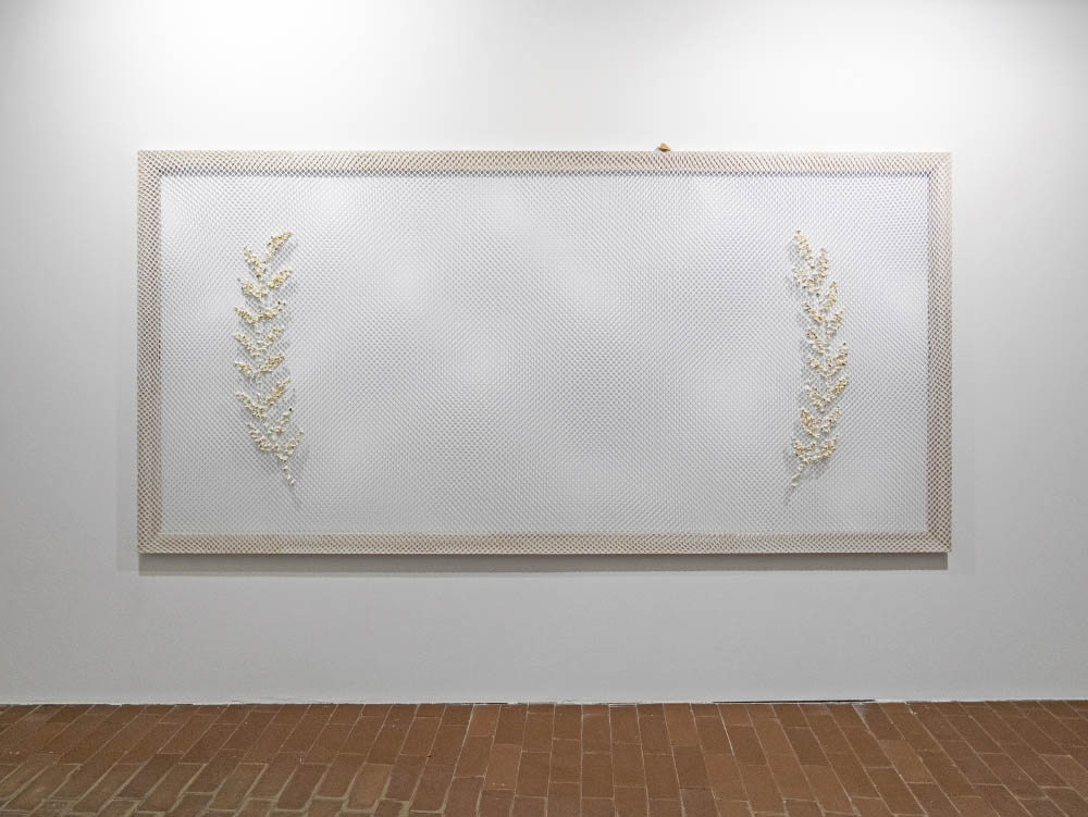 Palmarès, 2017, Popcorn in mesh, with fortune cookie, 150 x 300 cm. Installation view at kim?, Riga, LV