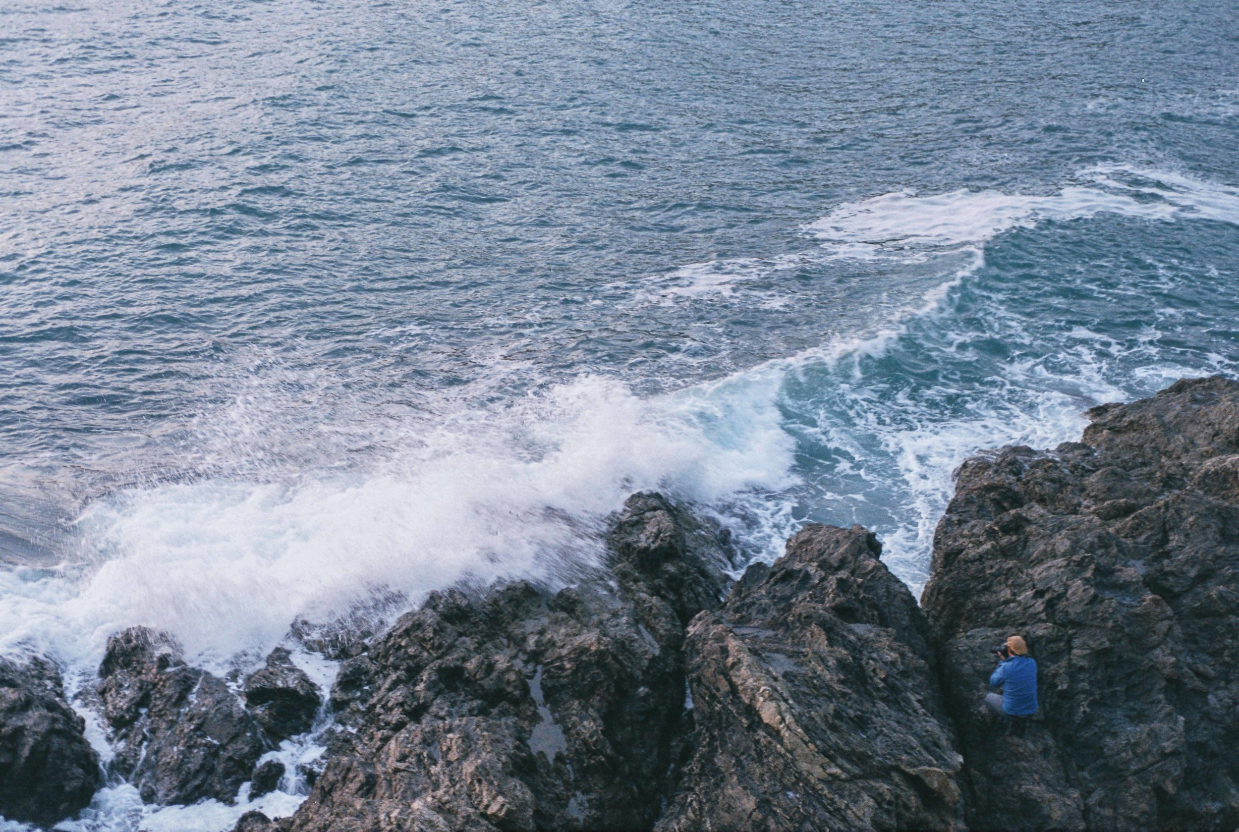 olas-rompiéndose-en -las rocas.jpg