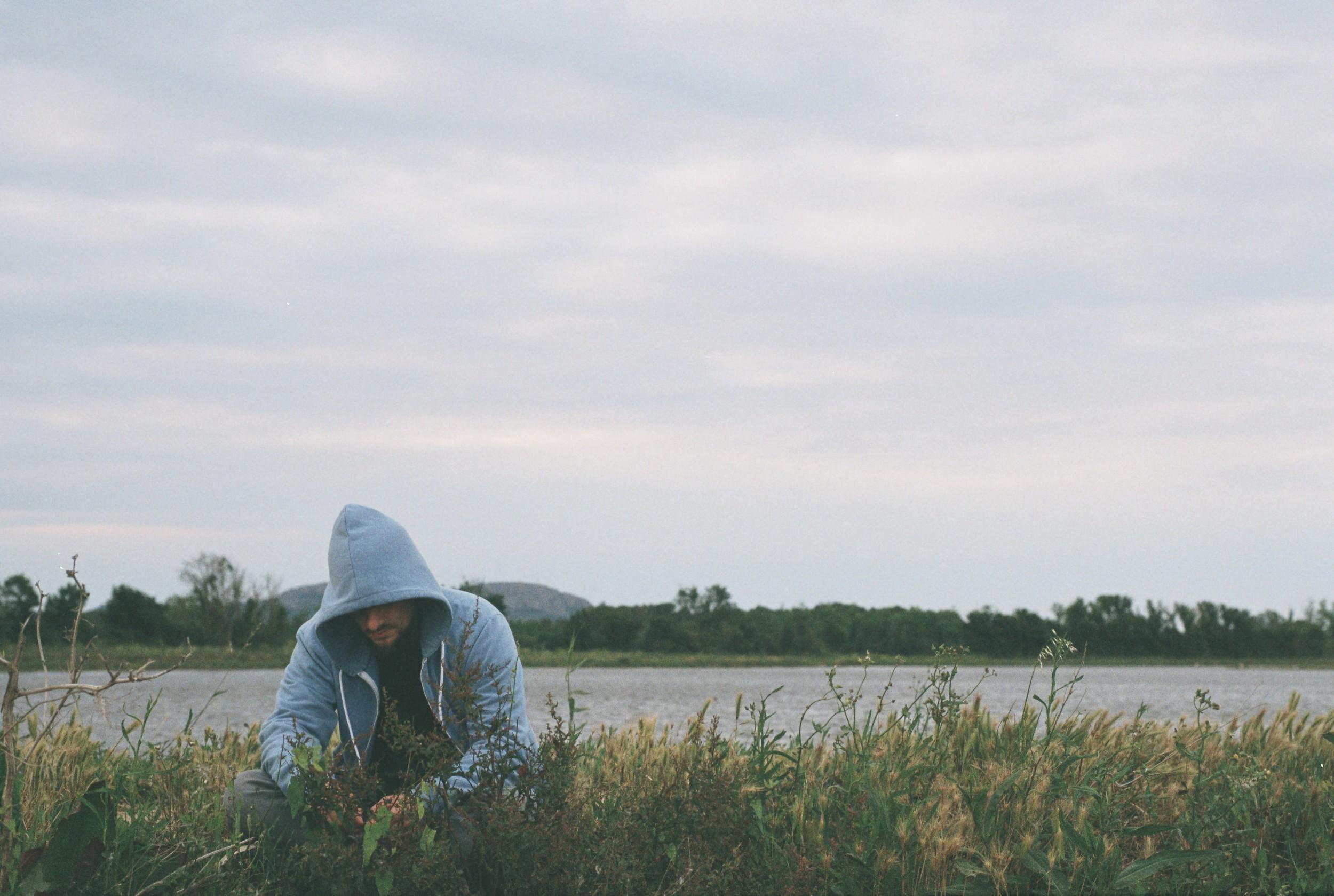 chico-en-el-río-empordà.jpg