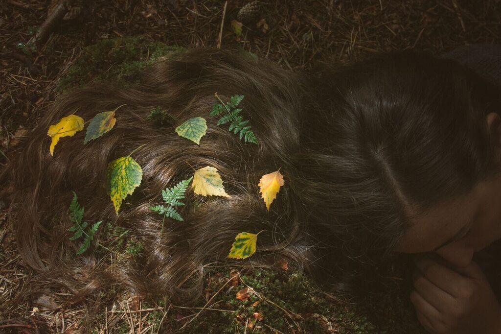 hojas-en-el-pelo.jpg