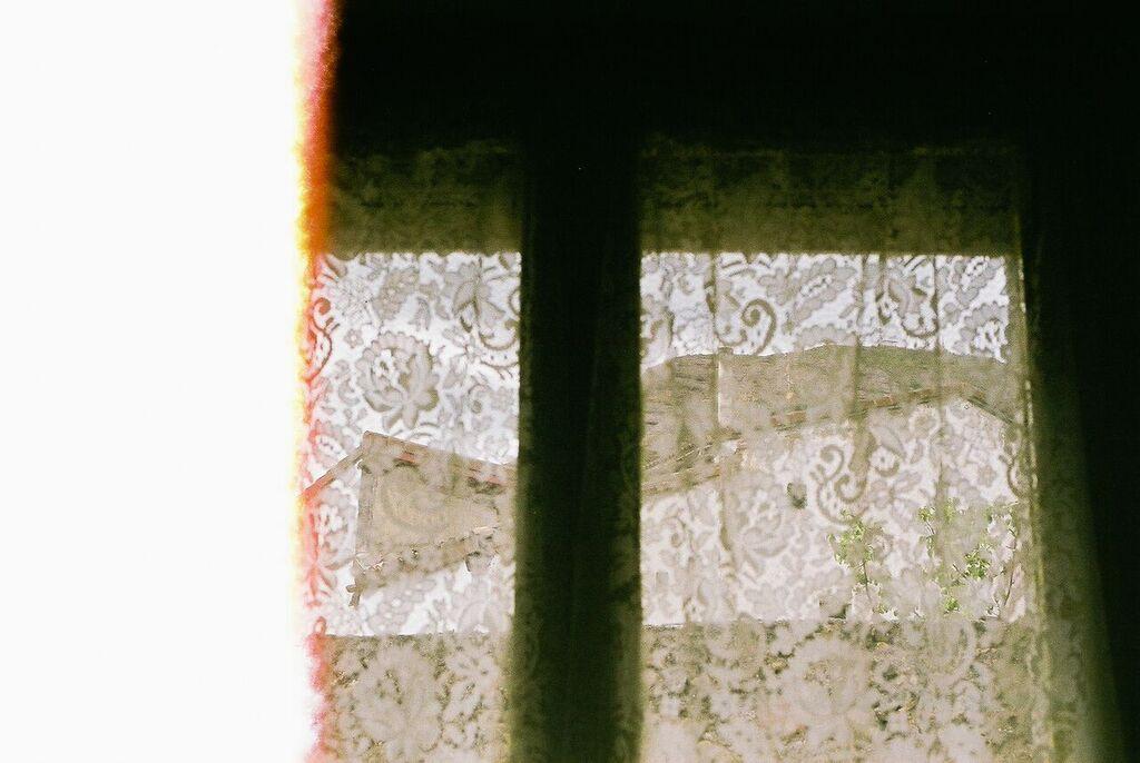 vista-de-casas-por-la-ventana.jpg