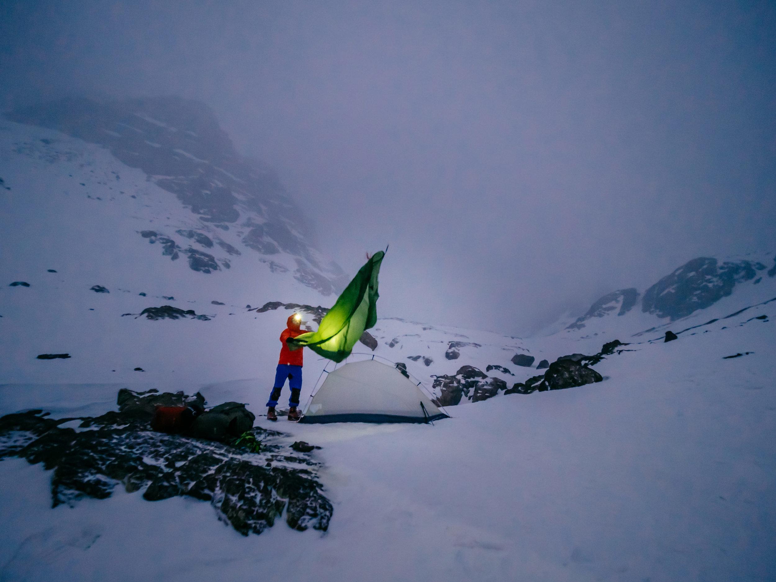 Montando el campamento en el monte Toubkal | Foto: Álvaro Sanz